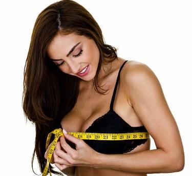 las mujeres miden su busto con un metro