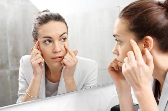 mujer mirando al espejo