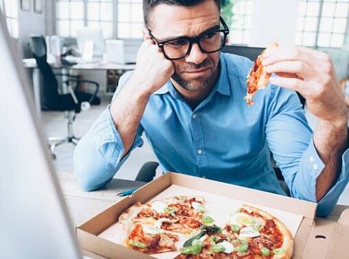 comida poco saludable, pizza, hombre
