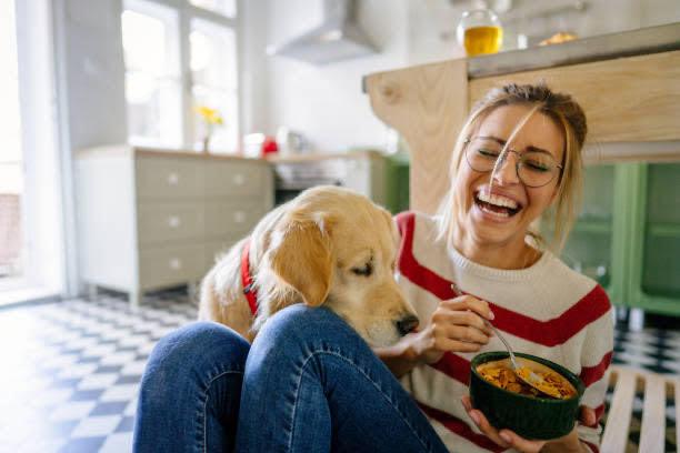 mujer, perro, desayuno, hogar