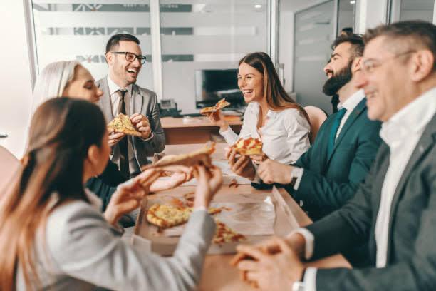 grupo comiendo, oficina, pizza