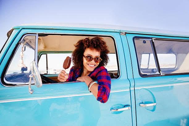 mujer, coche, helado, sonrisa