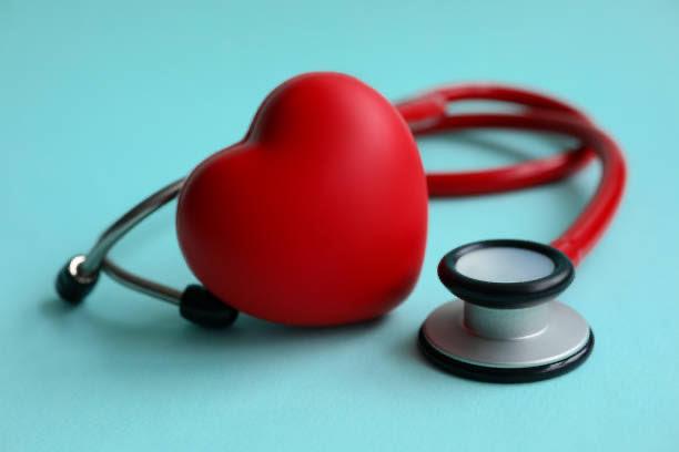 corazón y estetoscopio para medir la presión arterial