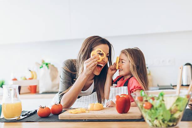 madre, hija, cocina